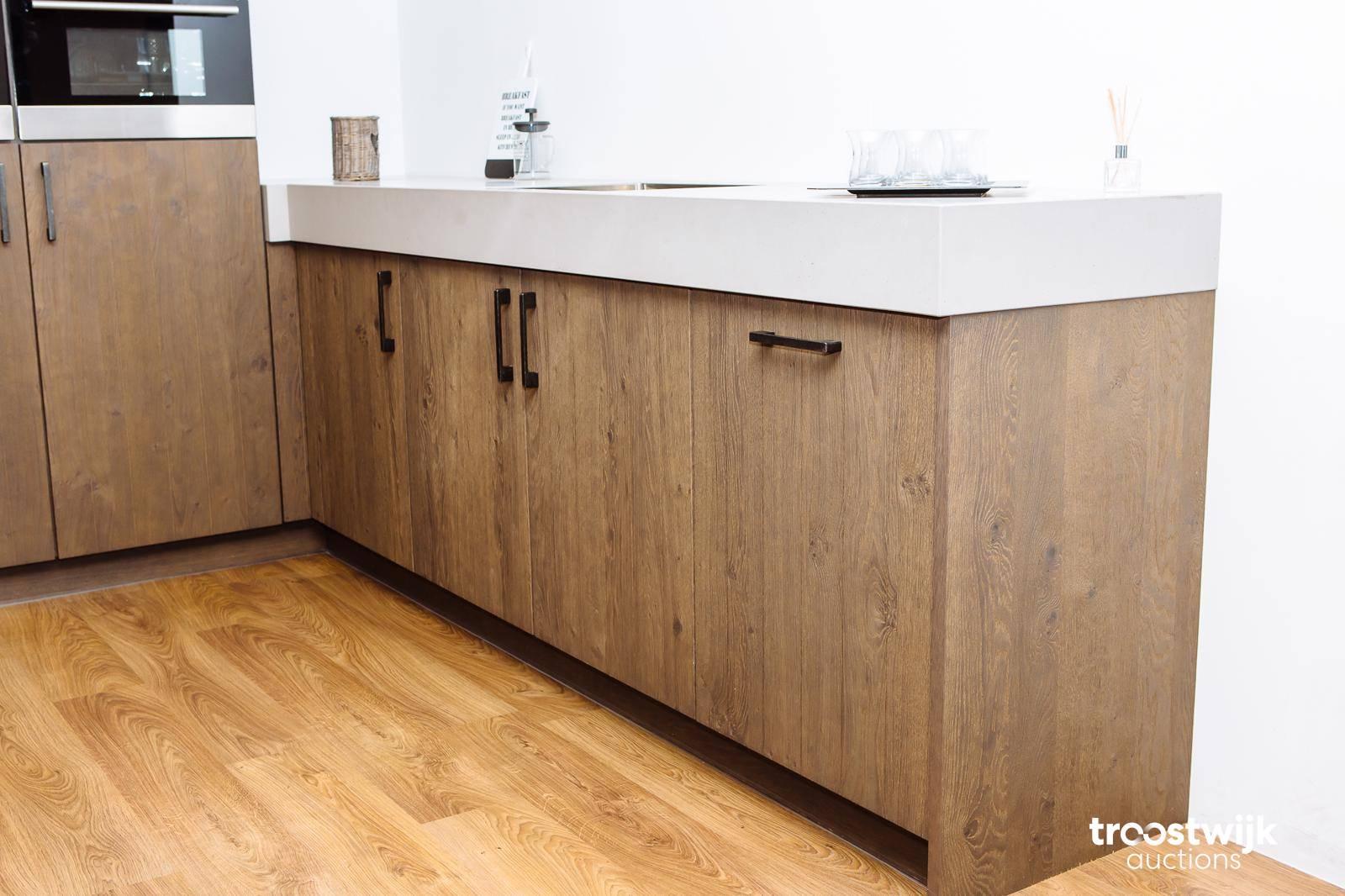 cucina moderna in legno rovere scuro con isola - Troostwijk