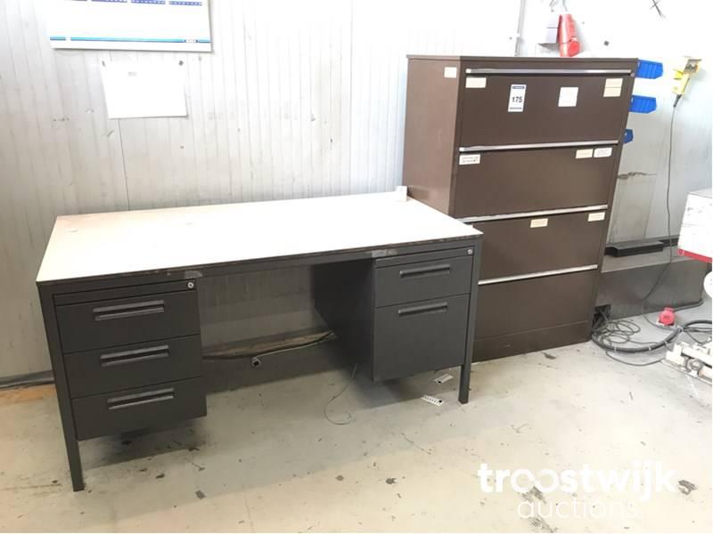 Bureau En Ladenkast.Stalen 4 Ladenkasten En Bureau Troostwijk