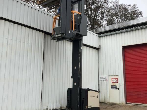 Crown TSP6000 narrow aisle forklift - Troostwijk