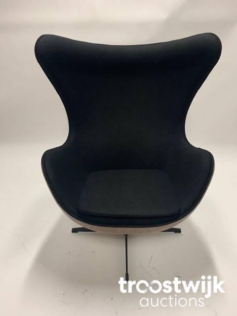 Egg Chair Stof.Egg Chair Zwart Met Hout Behuizing Design Meubilair Troostwijk