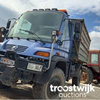 Landwirtschaftliche Geräte wie Traktoren und Unimog und weitere