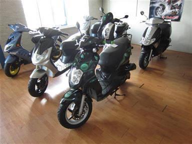 Online-Versteigerung Scooters, helmen, onderdelen en werkplaatsinventaris (Aad's Scootershop) te Moerkapelle